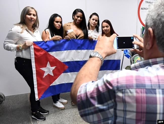 Un grupo de doctores cubanos del programa Más Médicos arriba al aeropuerto de Brasilia antes de embarcarse en viaje hacia Cuba. Archivo, nov. 2012. Foto: EVARISTO SA / AFP.