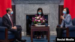 La presidenta de Taiwan (d) recibe al Secretario de Salud de EEUU.