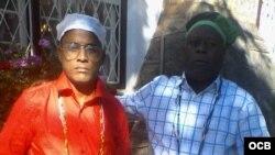 """Alexei Mora Montalvo (izq.) de la Asociación """"Yorubas libres de Cuba""""."""