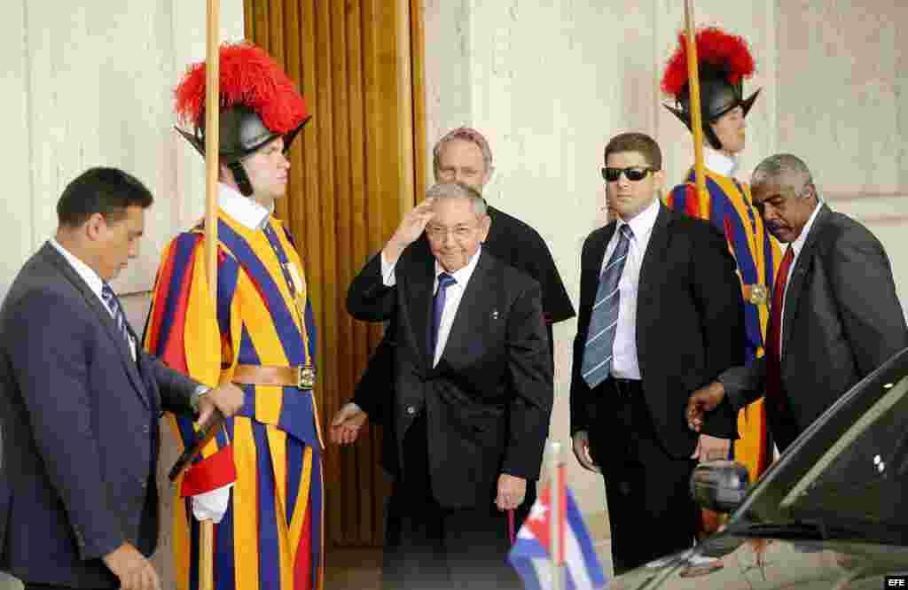 Raúl Castro a su llegada al Vaticano.