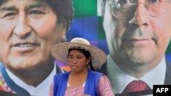 Trabajadora cocalera frente a pancarta de Morales y Arce en la región de Chapare