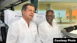 Luís Alberto Rodríguez López-Callejas (izq), Presidente de GAESA, acompaña al ex presidente de Angola José Eduardo Dos Santos, en un recorrido por el puerto del Mariel, donde tiene fuerte presencia el holding militar-empresarial cubano