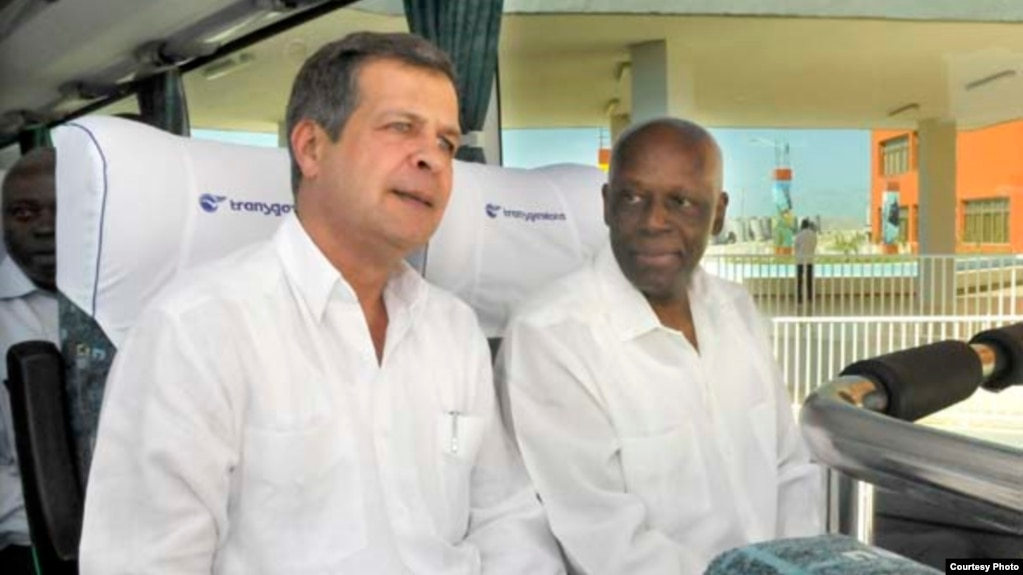 Luís Alberto Rodríguez López-Calleja (izq), Presidente de GAESA, acompaña al ex presidente de Angola José Eduardo Dos Santos, en un recorrido por el puerto del Mariel. (Archivo)
