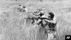 Tropas cubanas y angolanas en St. Vincente, Cabinda, Angola en 1976.