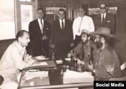 El capitán William C. Behn (izquierda) en una foto tomada el 21 de noviembre de 1960 y publicada en la cuenta de Twitter de Havana Docks Corp.