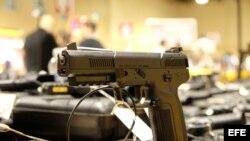 Vista un arma de la empresa FN Hersatal que hacen parte de la Feria de Armas de Miami. (Archivo)