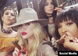 Las hermanas Kardashian con su amiga Malika / Foto tomada del Instagram de Khloé Kardashian.