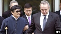 Chen Guangcheng (a la izquierda) acompañado por el subsecretario de Estado para Asia Oriental y Pacífico de EE.UU., Kurt Campbell