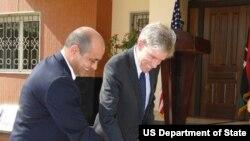 Chris Stevens (d), embajador estadounidense en Libia en la inauguración de consulado en Trípoli.