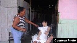 Adolescente paralítico sin silla de ruedas para ir a rehabilitación en Cuba.