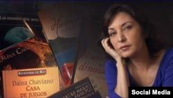 Daína Chaviano junto a varios de sus libros. (Foto de perfil de Facebook)