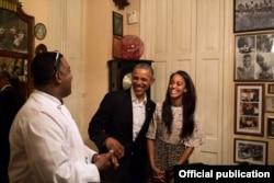 """El presidente Obama y su hija Malia conversan con el chef y propietario de la paladar """"San Cristóbal"""", Carlos Cristóbal Marquez (White House)"""