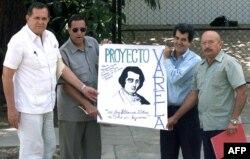Hector Palacios (izq.) y Oswaldo Payá (2do der.), junto a otros disidentes, muestran una pancarta en alusión al proyecto Varela, momentos antes de su reunión con el ex presidente Jimmy Carter, en La Habana, el 16 de mayo de 2002.