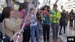 Varias personas muestran su alegría tras ser premiados en la lotería del Niño.