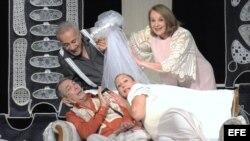 """SHM05. MIAMI (FL, EE.UU.), 12/07/2012.- Fotografía cedida por IHTF hoy, jueves 12 de julio de 2012, de una escena de la obra """"El no"""", del Teatro Avante de Miami, una versión libre de Gilda Santana a partir de la obra de Virgilio Piñera y dirigida por Mari"""