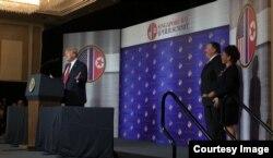 Donald Trump con el personal de la embajada de EEUU en Singapur
