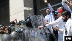Médicos venezolanos se enfrentan a policía bolivariana (Archivo)