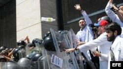 Un grupo de médicos que intentaba marchar el lunes 10 de marzo de 2014, es detenido por la Policía Nacional Bolivariana (PNB) en una calle de Caracas (Venezuela).
