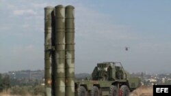 Sistema de misiles de defensa S-400 en la base aérea de Hmeymim a las afueras de Latakia (Siria).