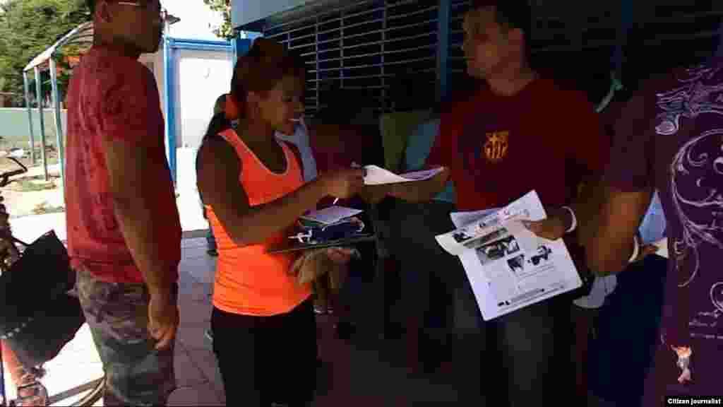 Activistas distribuyen proclamas y materiales audiovisuales a la población en la localidad de Guantánamo, según divulga el activista Yoanny Beltrán de la Unión Patriótica de Cuba.