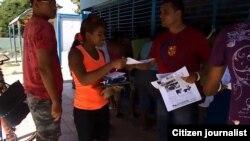 Activistas distribuyen proclamas y materiales audiovisuales