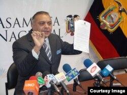 Galo Lara en una conferencia de prensa.