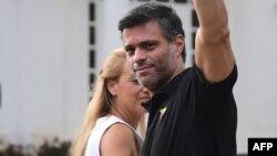 El opositor venezolano Leopoldo López y su esposa Lilian Tintori frente a la embajada de España en Caracas.