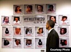 Obama pasa revista a mural con 20 mujeres presos en septiembre del 2015.