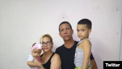 Ovidio Martín Castellanos junto a su esposa e hijos. (@KataCuba)