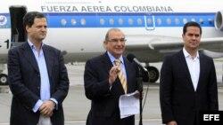 El jefe del equipo de negociadores del Gobierno colombiano, Humberto de la Calle (c), con miembros de la comisión negociadora.