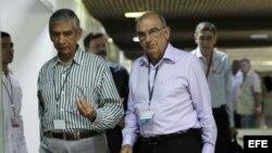 Humberto de la Calle, jefe de la delegación de paz del Gobierno, llega junto al excomandante del Ejército Nacional de Colombia, Jorge Enrique Mora Rangel (d-i), al Palacio de Convenciones de La Habana (17 de junio, 2015).