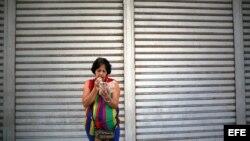 Una mujer se conecta a internet en la calle 23 La Habana (Cuba).