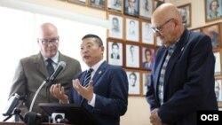 De izquierda a derecha Dr. Orlando Gutiérrez Boronat, el Dr. Yang Jianli y José Luis Fernández presidente del Presidio Político Histórico Cubano durante conferencia de Prensa de La Comisión de Justicia de Cuba, Miami, Fl. (R. KOLTUN).