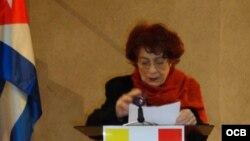 """Nivaria Tejera, durante el acto de entrega del premio """"Con Cuba en la distancia"""" en el Congreso Internacional sobre Creación y Exilio. Valencia, España, 2008."""