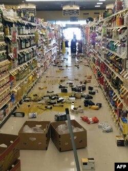 Esta foto, tomada en Lake Isabella, al norte de Los Angeles, muestra los estragos del sismo en una tienda local (Foto: AFP).