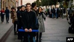 Manifestantes frente al Kremlin exigiendo justicia para el actor Pável Ustínov