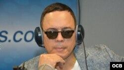 Alexis Valdés en los estudios de Radio Martí.