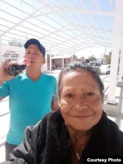 Onelia en Reynosa con su hermano Carlos.