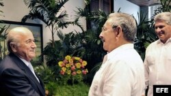 Fotografía cedida por el diario oficial Granma donde aparece el mandatario cubano, Raúl Castro (c), mientras estrecha la mano del presidente de la Federación Internacional de Fútbol Asociado (FIFA), Joseph Blatter (i), frente al primer vicepresidente de l