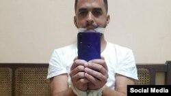 Héctor Valdés Cocho se toma una foto amordazado y con las manos atadas. (Facebook)