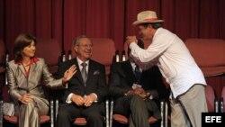El canciller de Ecuador, Ricardo Patiño (d), saluda a su par de Colombia, María Ángela Holguín (i).