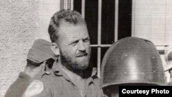 William Morgan conversa con un soldado del gobierno de Batista después de la rendición de Santa Clara.