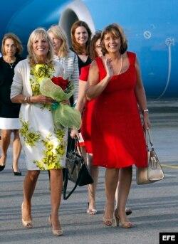 La esposa del vicepresidente de Estados Unidos Joe Biden, Jill Biden (i), camina junto a la directora general para Estados Unidos del Ministerio de Relaciones Exteriores (MINREX) Josefina Vidal (d), a su llegada a La Habana.