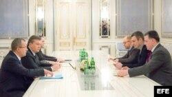 El presidente de Ucrania, Victor Yanukovich con el l'ider de la oposición, Arseniy Yatsenyuk