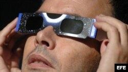 Fotografía de archivo de unas gafas.