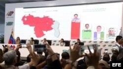 Fotografía cedida por la Agencia Venezolana de Noticias (AVN) de la presidenta del Consejo Nacional Electoral (CNE) Tibisay Lucena (c) junto a Sanda Oblitas (c-i) y Socorro Hernández (c-d) mientras anuncian los resultados de las elecciones presidenciales,