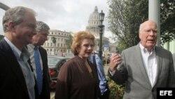 El senador demócrata Patrick Leahy por Vermont, junto a los representantes Debbie Stabenow por Michigan, Sheldon Whitehouse por Rhode Island y Chris Van Hollen por Maryland (d-i).