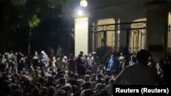 Cientos de manifestantes el 28 de noviembre en la madrugada frente al Ministerio de Cultura (Reuters).