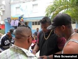 Yasiel Puig, firma autógrafos a los cubanos en el boulevard de Cienfuegos, Cuba.