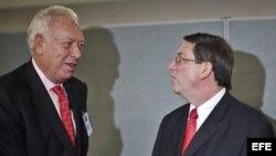 El ministro de Asuntos Exteriores español, José Manuel García-Margallo habla con su homólogo cubano, Bruno Rodríguez, el 26 de septiembre 2012.